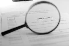 Αναζήτηση με την ενίσχυση - γυαλί, που ψάχνει τις πληροφορίες στα βιβλία, σχεδιαγράμματα, περιοδικά Επιθεώρηση λογιστικού ελέγχου στοκ εικόνα με δικαίωμα ελεύθερης χρήσης