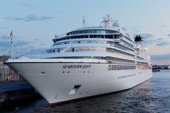 Αναζήτηση Seabourn σκαφών της γραμμής κρουαζιέρας που δένεται στη Αγία Πετρούπολη, Ρωσία Στοκ φωτογραφία με δικαίωμα ελεύθερης χρήσης