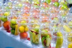 Αναζωογονώντας καταφερτζήδες θερινών ποτών με το πορτοκαλί αγγούρι Apple Στοκ φωτογραφία με δικαίωμα ελεύθερης χρήσης