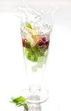 Αναζωογονώντας ποτό με τους παφλασμούς Στοκ φωτογραφία με δικαίωμα ελεύθερης χρήσης