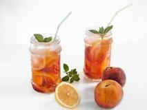 Αναζωογονώντας ποτό με το ροδάκινο και το λεμόνι Στοκ φωτογραφία με δικαίωμα ελεύθερης χρήσης