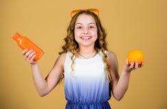 Αναζωογονώντας χυμός βιταμινών ποτών γυαλιών ηλίου παιδιών μόδας ( Διατροφή θερινών βιταμινών E r στοκ εικόνες