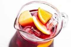 Αναζωογονώντας sangria θερινού κόκκινου κρασιού το ποτό σε μια στάμνα γυα στοκ φωτογραφίες με δικαίωμα ελεύθερης χρήσης