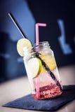 Αναζωογόνηση του ρόδινου ποτού κοκτέιλ με τις φέτες ασβέστη σε ένα βάζο στοκ εικόνα με δικαίωμα ελεύθερης χρήσης