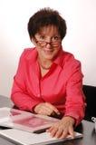 αναθεωρώντας γυναίκα βιβλίων του 2093 Στοκ φωτογραφίες με δικαίωμα ελεύθερης χρήσης