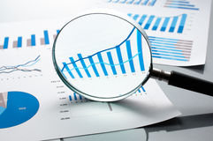 Αναθεωρώντας οικονομικές εκθέσεις η ανάπτυξη γραφικών παραστάσεων επιχειρησιακών διαγραμμάτων αυξανόμενη ωφελείται τα ποσοστά Στοκ Φωτογραφίες