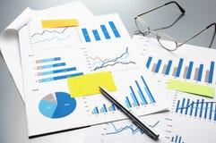 Αναθεωρώντας οικονομικές εκθέσεις η ανάπτυξη γραφικών παραστάσεων επιχειρησιακών διαγραμμάτων αυξανόμενη ωφελείται τα ποσοστά Στοκ Εικόνες