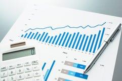 Αναθεωρώντας οικονομική έκθεση η ανάπτυξη γραφικών παραστάσεων επιχειρησιακών διαγραμμάτων αυξανόμενη ωφελείται τα ποσοστά Στοκ Εικόνες