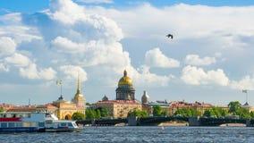 Αναθεώρηση καμερών του κτηρίου και του Isaac Cathedral ναυαρχείου στην όχθη ποταμού Neva, Άγιος-Πετρούπολη απόθεμα βίντεο