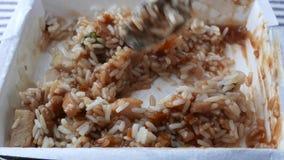 Ανακάτωμα ενός κοτόπουλου με το γεύμα TV ρυζιού φιλμ μικρού μήκους