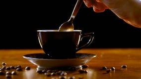 Ανακάτωμα του καφέ με το κουτάλι φιλμ μικρού μήκους