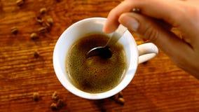Ανακάτωμα του καφέ με το κουτάλι απόθεμα βίντεο