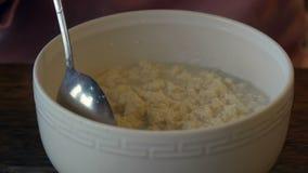 Ανακάτωμα Tofu των δημητριακών με το κουτάλι Υγιή ασιατικά τρόφιμα Vegeterian Κλείστε επάνω την όψη απόθεμα βίντεο