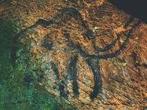Ανακάλυψη της ιστορίας της ανθρωπότητας Προϊστορική τέχνη του μαμούθ στη σπηλιά ψαμμίτη στοκ εικόνα με δικαίωμα ελεύθερης χρήσης