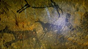 Ανακάλυψη του προϊστορικού χρώματος του caveman κυνηγιού στη σπηλιά ψαμμίτη Χρώμα του ανθρώπινου κυνηγιού των deers, του μαμούθ κ απόθεμα βίντεο