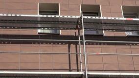 Ανακαίνιση σπιτιών με το κεραμικό κεραμίδι και τον τοίχο με τα υλικά σκαλωσιάς απόθεμα βίντεο