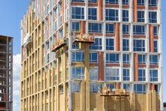 Ανακαίνιση τοίχων ενεργειακής αποδοτικότητας για την ενέργεια - αποταμίευση Εξωτερική μόνωση θερμότητας τοίχων σπιτιών με το ορυκ Στοκ Φωτογραφία