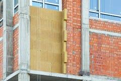 Ανακαίνιση τοίχων σπιτιών ενεργειακής αποδοτικότητας για την ενέργεια - αποταμίευση Εξωτερική μόνωση θερμότητας τοίχων σπιτιών με Στοκ φωτογραφία με δικαίωμα ελεύθερης χρήσης