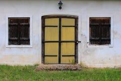 Ανακαινισμένες ξύλινες πόρτες με τους κλειστούς ξύλινους τυφλούς παραθύρων Στοκ φωτογραφία με δικαίωμα ελεύθερης χρήσης