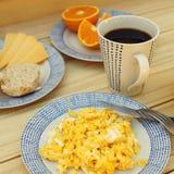 Ανακατωμένα αυγά, καφές, πρόγευμα στον ξύλινο πίνακα Στοκ Φωτογραφίες