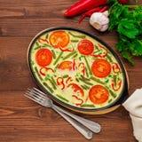 Ανακατωμένα αυγά με ένα σύμφυρμα των ζωηρόχρωμων λαχανικών όμορφος στοκ εικόνα με δικαίωμα ελεύθερης χρήσης