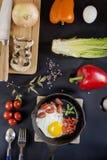 Ανακατωμένα αυγά με τα λαχανικά και τα προϊόντα στοκ φωτογραφία με δικαίωμα ελεύθερης χρήσης