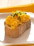 Ανακατωμένα αυγά σε ένα πιάτο Baquette. Στοκ Φωτογραφία