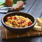 Ανακατωμένα αυγά με το κόκκινο πιπέρι κουδουνιών Στοκ φωτογραφία με δικαίωμα ελεύθερης χρήσης