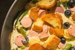 Ανακατωμένα αυγά με το λουκάνικο και τη φρυγανιά Στοκ φωτογραφία με δικαίωμα ελεύθερης χρήσης