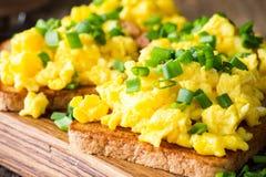 Ανακατωμένα αυγά με το πράσινο κρεμμύδι στις φρυγανιές Στοκ εικόνα με δικαίωμα ελεύθερης χρήσης