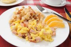 Ανακατωμένα αυγά με hash - browns Στοκ εικόνες με δικαίωμα ελεύθερης χρήσης