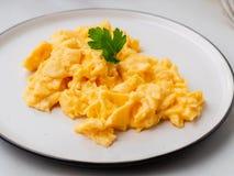 Ανακατωμένα αυγά, ομελέτα Πρόγευμα με τα παν-τηγανισμένα αυγά, φλυτζάνι στοκ φωτογραφίες με δικαίωμα ελεύθερης χρήσης
