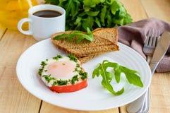 Ανακατωμένα αυγά, που ψήνονται σε ένα πιπέρι κουδουνιών δαχτυλιδιών, τη φρυγανιά, τα φύλλα arugula και ένα φλιτζάνι του καφέ Στοκ φωτογραφία με δικαίωμα ελεύθερης χρήσης