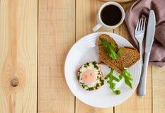 Ανακατωμένα αυγά, που ψήνονται σε ένα πιπέρι κουδουνιών δαχτυλιδιών, φρυγανιά, arugula Στοκ Φωτογραφία