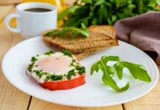 Ανακατωμένα αυγά, που ψήνονται σε ένα πιπέρι κουδουνιών δαχτυλιδιών, φρυγανιά, arugula leav Στοκ φωτογραφία με δικαίωμα ελεύθερης χρήσης