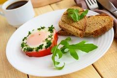 Ανακατωμένα αυγά, που ψήνονται σε ένα πιπέρι κουδουνιών δαχτυλιδιών, φρυγανιά, arugula Στοκ Εικόνα