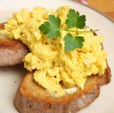 Ανακατωμένα αυγά στη φρυγανιά Στοκ Εικόνες