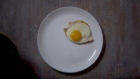 Ανακατωμένα αυγά, τρόφιμα  υπόβαθρο  χέρι  κουζίνα  πρόγευμα  άσπρος  κατανάλωση μαγειρευμένος φιλμ μικρού μήκους