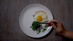Ανακατωμένα αυγά, τρόφιμα  υπόβαθρο  χέρι  κουζίνα  πρόγευμα  άσπρος  κατανάλωση μαγειρευμένος απόθεμα βίντεο