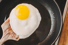 Ανακατωμένα αυγά ως τέλειο πρόγευμα για μια υγιεινή ισορροπημένη διατροφή στοκ φωτογραφία με δικαίωμα ελεύθερης χρήσης