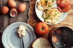 Ανακατωμένα, τηγανισμένα, βρασμένα αυγά σε έναν ξύλινο πίνακα Στοκ Φωτογραφίες