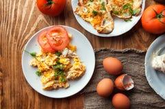Ανακατωμένα, τηγανισμένα, βρασμένα αυγά σε έναν ξύλινο πίνακα Στοκ Φωτογραφία