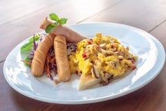Ανακατωμένες αυγά, λουκάνικο και φρυγανιά με τη σαλάτα στοκ φωτογραφία με δικαίωμα ελεύθερης χρήσης
