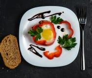 Ανακατωμένο αυγό στο πιπέρι κουδουνιών στοκ εικόνα με δικαίωμα ελεύθερης χρήσης
