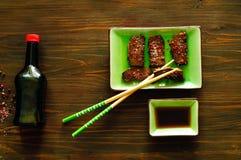 Ανακατώνω-ξέφτισμα, γρήγορο τηγανίζοντας κρέας στο καυτό πετρέλαιο στο κεραμικό πράσινο πιάτο με chopsticks Εύγευστη ισορροπημένη Στοκ Φωτογραφία