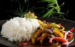 Ανακατώνω-τηγανητά βόειου κρέατος με το λαχανικό και το ρύζι Στοκ φωτογραφία με δικαίωμα ελεύθερης χρήσης