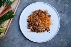 Ανακατώνω-τηγανισμένα ταϊλανδικά νουντλς ρυζιού ύφους μικρά στοκ φωτογραφίες
