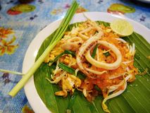 Ανακατώνω-τηγανισμένα ταϊλανδικά νουντλς ρυζιού ύφους μικρά με το καλαμάρι Στοκ Φωτογραφία