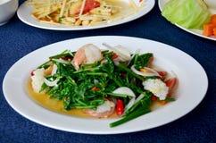 Ανακατώνω-τηγανισμένη επιθυμία Sayate με τα θαλασσινά στο αλατισμένο φασόλι σόγιας στοκ φωτογραφίες