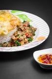 Ανακατώνω-τηγανισμένοι χοιρινό κρέας και βασιλικός Στοκ Φωτογραφίες